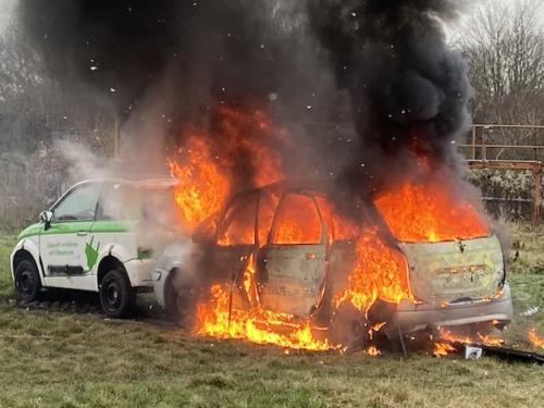 Versuch: Brand des Autos nach Explosion der Pyrotechnik.