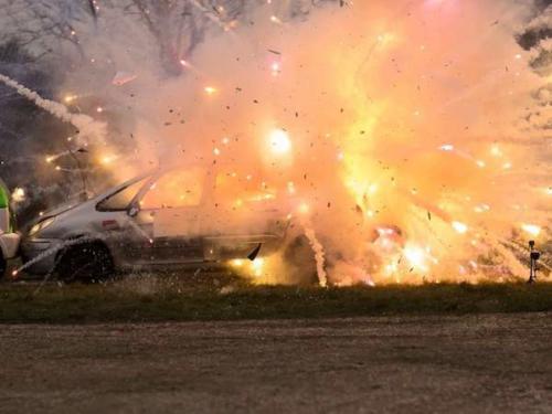 Explosion von Feuerwerk der Klasse F4 im Auto.
