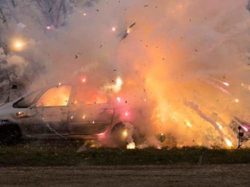Explosion von Pyrotechnik der Klasse F4 im Fahrzeug.