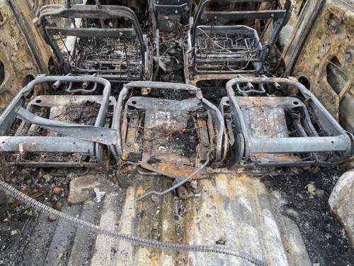 Das ist der Fahrzeuginnenraum nach dem Brandversuch mit einem Feuerwerkskörper der Klasse F4.