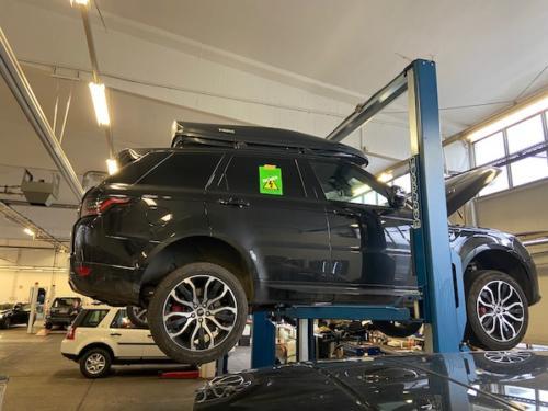 WN-Technical Training: Gekennzeichnetes Fahrzeug auf einem gesicherten Hochvolt-Arbeitsplatz auf der Hebebühne