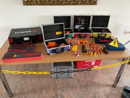 Hochvolt-Werkzeuge und Material für die HV2-Ausbildung bei WN-Technical Training.